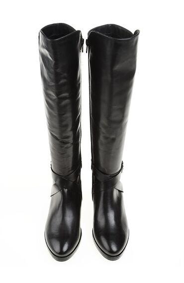 Toka Detaylı Siyah Çizme