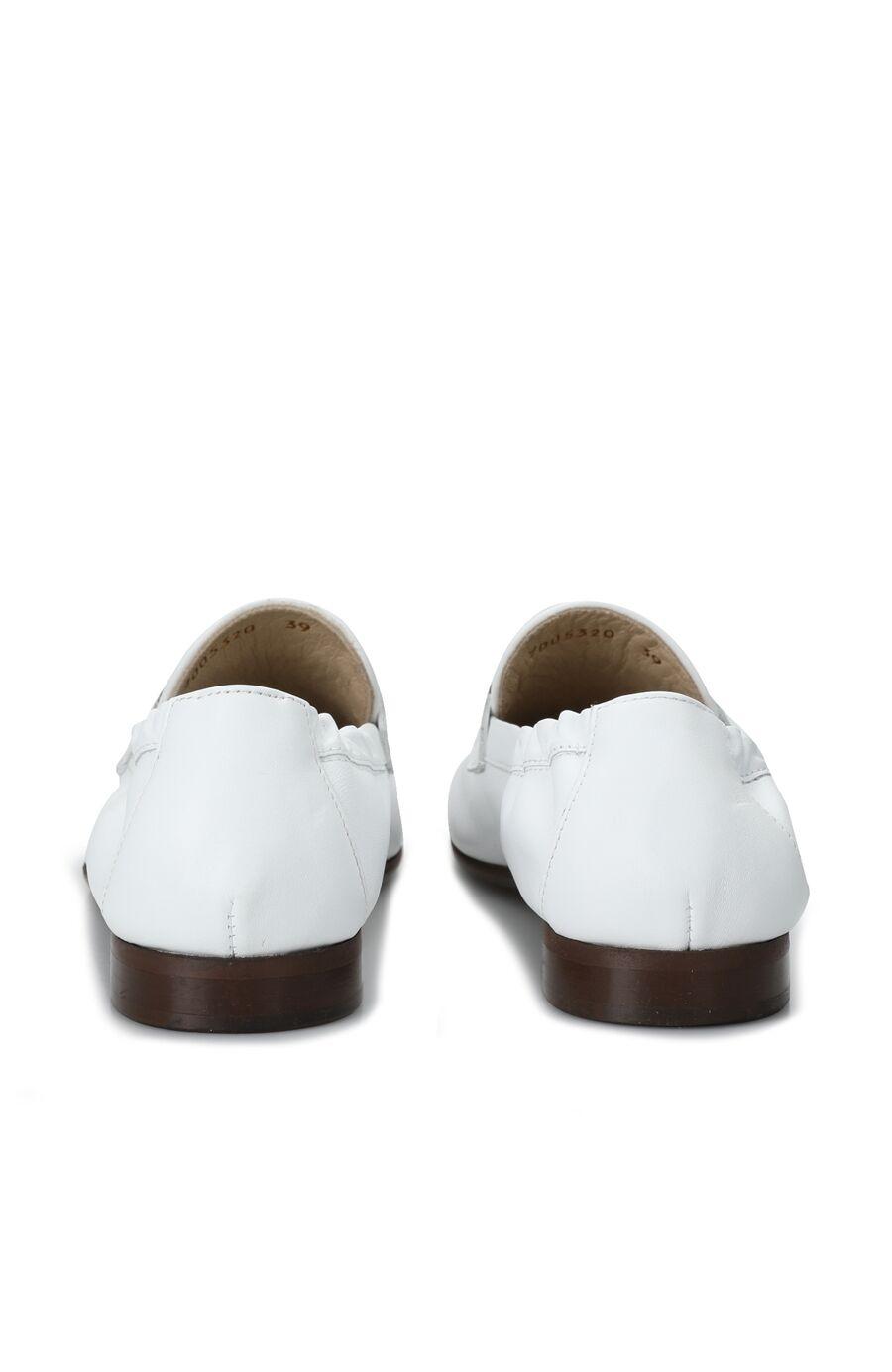 Beyaz Aksesuar Detaylı Kadın Deri Loafer