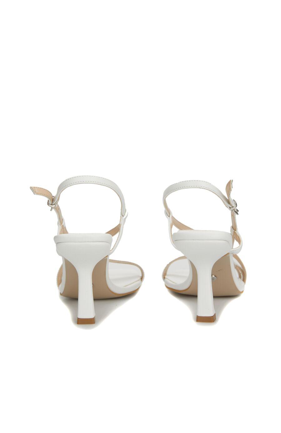 Beyaz Toka Detaylı Topuklu Sandalet